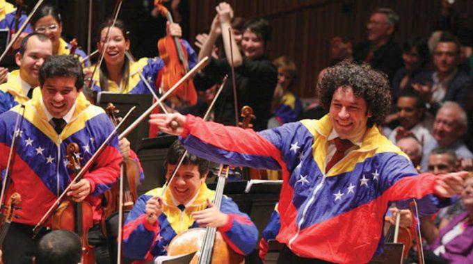 Μίκης Θεοδωράκης: Δεν είναι ορχήστρα, είναι επανάσταση