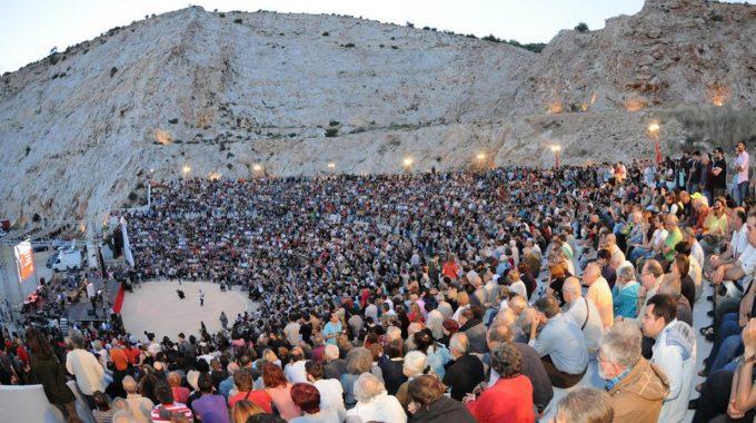 Συγκινημένος ο Μίκης Θεοδωράκης στην εκδήλωση του ΚΚΕ για τα ενενήντα του χρόνια