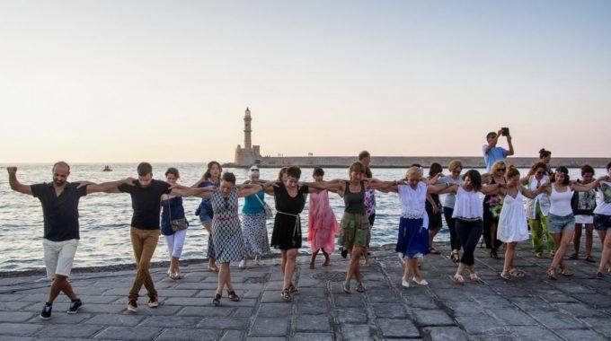 «Mάθε με να χορεύω» – ο χαιρετισμός των Χανιωτών στα γενέθλια του 90χρονου Mίκη
