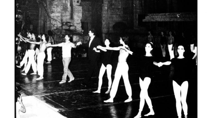 O Μορίς Μπεζάρ με το Μπαλέτο του παρουσιάζει τους Ελληνικούς Χορούς του Μίκη Θεοδωράκη